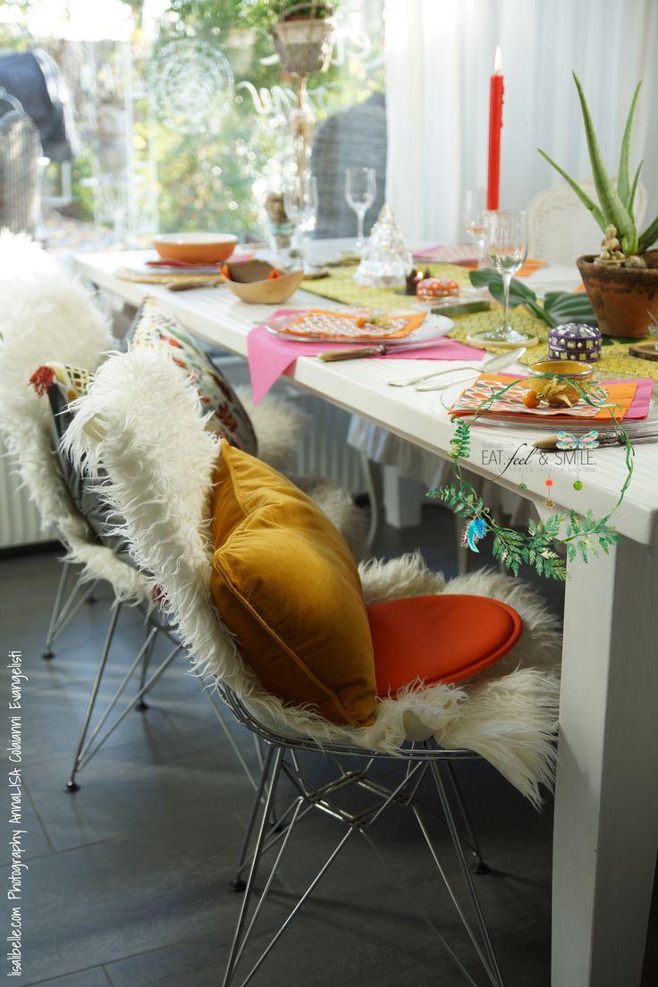 """Während alle Geschäfte bereits seit Wochen im Weihnachtsglitzer versinken gönne ich mir auf dem Tisch eine Riesenportion """"Grünes"""" kombiniert mit mystischen Farbakzenten, die dem ganzen Haus eine magische Stimmung verleihen. Das tut der Seele so gut! Meine Regenbogen-Tafel besteht aus warmen, satten Farben wie Orange, Pink und Rot."""