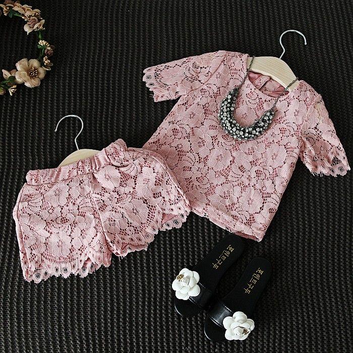 Купить товарНовые модные девушки кружевные цветочные установленные одежды розовый цвет рубашки с шортами костюм элегантный высокое качество детская одежда костюм в категории Комплекты одеждына AliExpress.  размер информация размертоп длина смгрудь смшорты длинадля высоты 2 Т38582285 см 3 т39602395 см