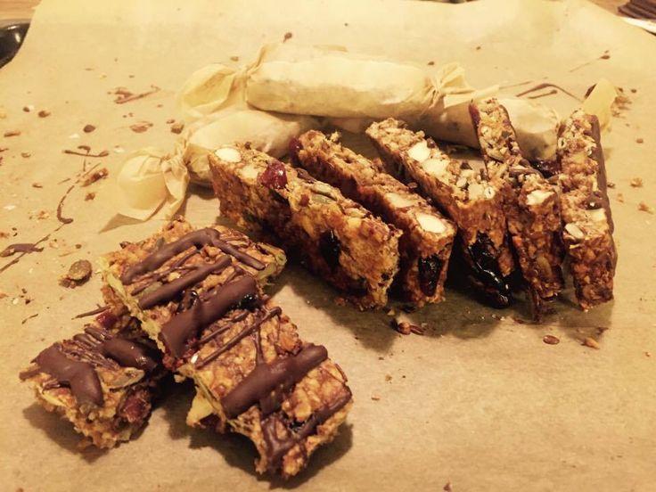 Prøv denne opskrift på en lækker müsliebar fyldt med nødder og kerner! Den er uden raffineret sukker og så er den dessuden glutenfri :)