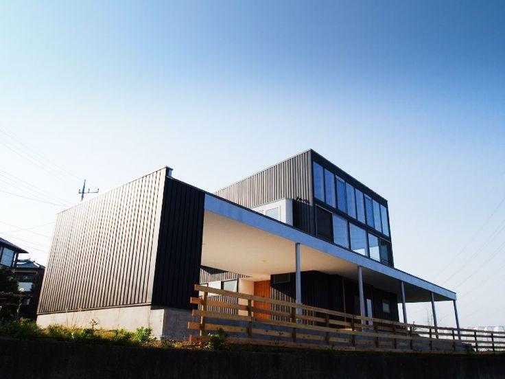 2階の長い芝生デッキが特徴的な外観。大きな開口部は周囲の自然を室内に取り込みます。 専門家:小磯一雄 KAZ建築研究室が手掛けた、外観-1(群馬県榛東村・芝屋根住宅-3 W HOUSE)の詳細ページ。新築戸建、リフォーム、リノベーションの事例多数、SUVACO(スバコ)