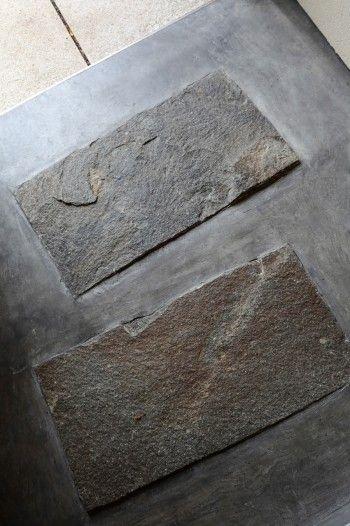 玄関にはモルタルの中に御影石が2つ埋め込まれている。味のある表情が印象的。