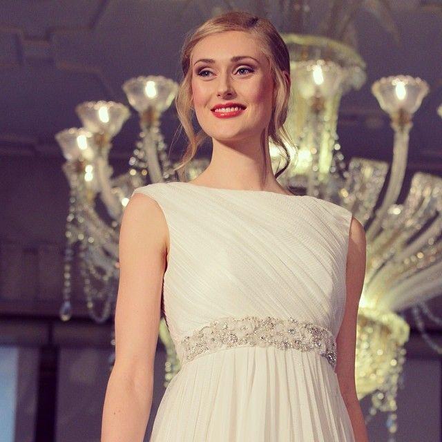 Stunning! SANNA Wedding dress With Swan Belt