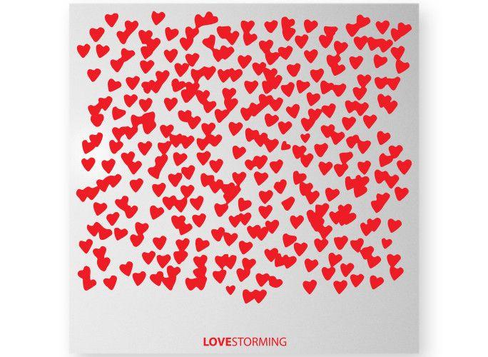 Lovestorming tradotto letteralmente: tempesta d'amore. LOVESTORMING è una lavagna magnetica, portafoto, dal design accattivante.  I cinque accessori magnetici inclusi nella confezione  permettono di bloccare sulla sua superficie foto, memo e tutto ciò che più ci sta a cuore. E' il regalo ideale per gli ultimi dei romantici: le foto più belle, gli appuntamenti da non mancare, i ricordi felici e la giusta dose di cuori.