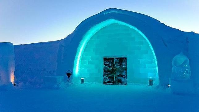 El hotel de hielo más grande del mundo y el primero del que se tiene constancia, el Icehotel (en Suecia), renacerá este año -por vigesimotercera vez- el próximo 7 de diciembre. Se halla en Kiruna, en la Laponia sueca, doscientos kilómetros por encima del Círculo Polar Ártico, y sus datos de construcción son apabullantes: 5.500 metros cuadrados, 900 toneladas de hielo y 21.500 toneladas de snis (una mezcla de nieve y hielo del río Torne)