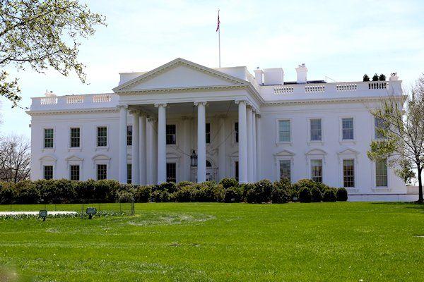 """Barack Obama krijgt de borg die hij betaalde aan de verhuurder van het Witte Huis niet terug. Tijdens een inspectieronde bleek dat de voormalige Amerikaanse presidenteen puinhoop achterliet in de huurwoning. """"Naar de borg kan hij fluiten"""", briest huisbaas Jeff Hoban. Obama woonde met zijn gezin precies acht jaar in het Witte Huis. Direct na zijn vertrek inspecteerde de verhuurder [...]"""