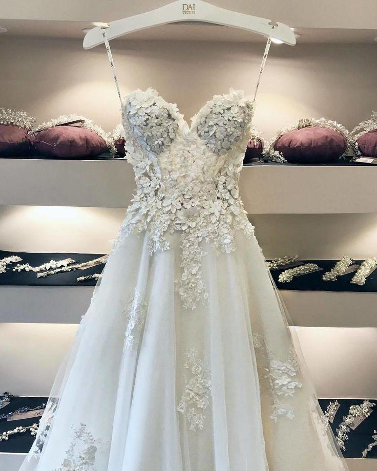Dieses Kleid wird Sie an jedem Empfang umwerfen. Kennzeichnen Sie jemanden, der …