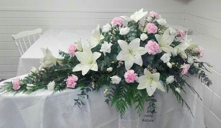 Kistedekorasjon,  hvite liljer og rosa nellik