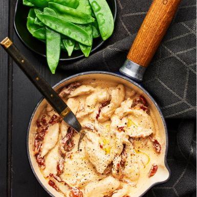 En superenkel kycklinggryta som går fort att tillaga. Stek kycklingen tills den har en perfekt innertemperatur, tillsätt crème fraiche, buljong och soltorkade tomater för att få den mumsiga smaken. Servera kycklinggrytan med ris och sockerärter. Vóila!