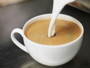 """Si amas ese café con sabor a caramelo, avellana, o canela ya no tienes que esperar a ir a la cafetería más cercana para disfrutarlo:con estas recetas podrás prepararcremas de sabores para darle personalidad a tu cafecito en la comodidad de tu casa y gastando menos dinero.Base500 ml de leche condensada1 ¾ taza de lecheMezcla estos ingredientes y posteriormente agrega las siguientes """"fórmulas"""" para añadir sabor."""