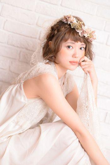ルーズな編み込みとカールで柔らかいナチュラルな印象に ウェディングドレス・カラードレスに合う〜ボブの花嫁衣装の髪型まとめ一覧〜