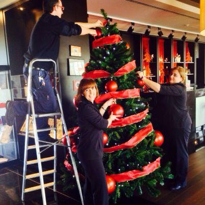 El equipo de nuestro #hotel en #Valladolid hoy ha madrugado para poner este precioso árbol de Navidad. ¡Nuestra gobernanta Purificación,Lourdes,maitre, y Jose Manuel jfe de Mantenimiento os desean 'Feliz Navidad' desde Vincci Frontaura4*! #VincciNavidad http://tgbe.ws/q4a97j