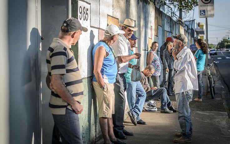 Eleitores fazem fila antes do início da votação na E.E. Ana Maria Junqueira, em Franca (SP), pelas eleições municipais 2016