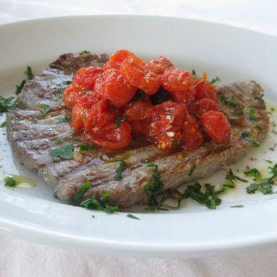 Oggi cuciniamo i filetti di #tonno alla griglia con #pomodorini. Leggi la #ricetta su www.frescopesce.it/filetti-di-tonno-alla-griglia-con-pomodorini-marinati