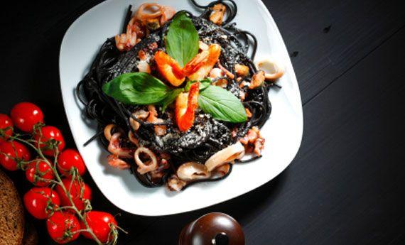 Spaghetti al nero di seppia con gamberi e totani   Cambio cuoco