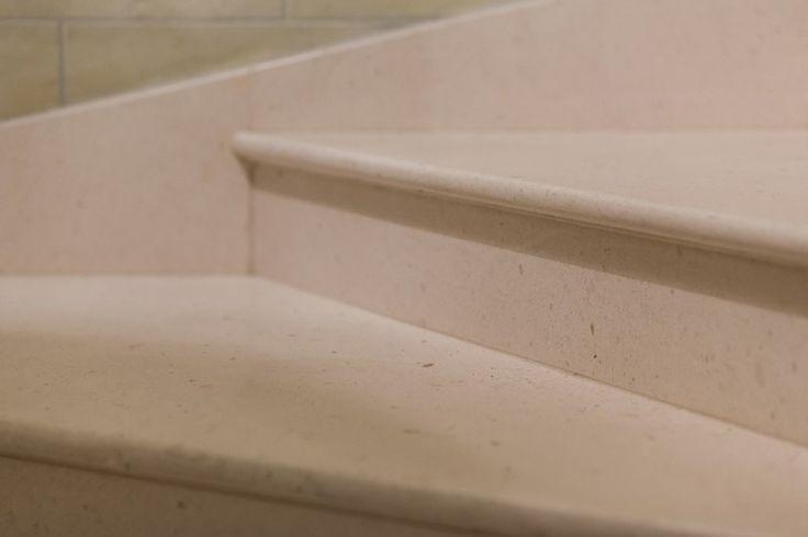Łagodna linia kamiennych schodów. Delicate line of the stone stairs.