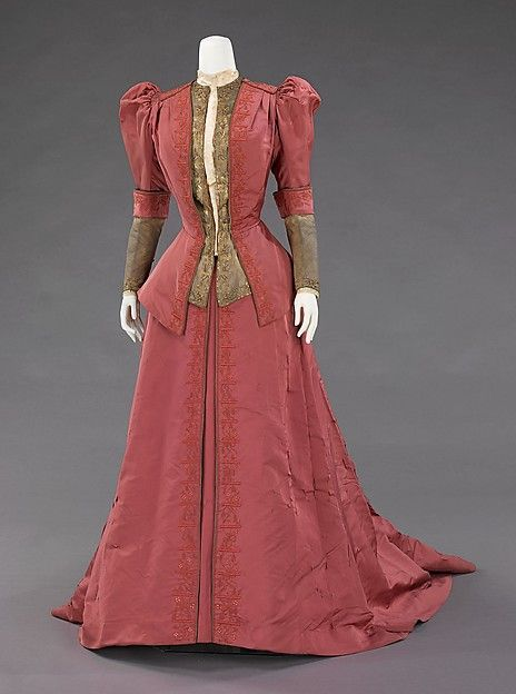 Dinner dress, circa 1900. This was worn by the wife of one of the great American bankers of the 19th century, J.P. Morgan, Jr. (1867-1943). It exemplifies the grandeur of Worth clothing among wealthy Americans, who aspired to be associated with European royalty.