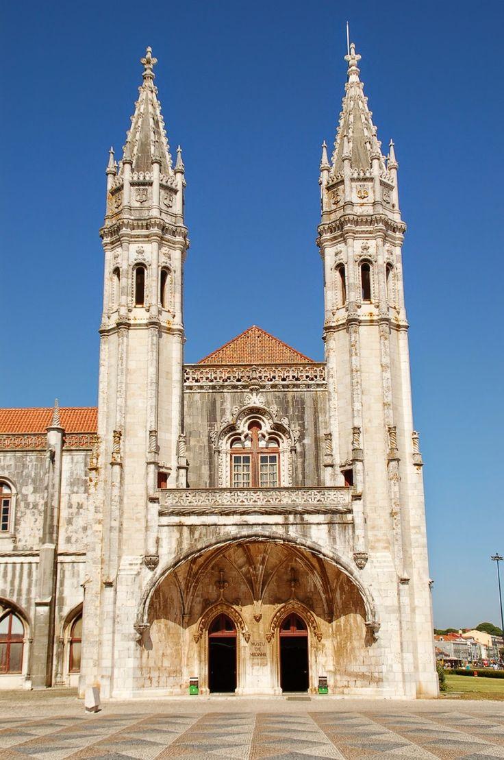 #Lisboa, la ciudad luminosa (I) - via Janonautas 29.03.2015   Lisboa es luminosa, blanca y alegre. La ciudad vieja muestra el paso de los siglos en las fachadas desgastadas pero también carácter y cierta belleza. Las calles peatonales del barrio de La Baixa se abren a maravillosas plazas, como la Praça do Comércio junto al Tajo, y desbordan de vitalidad. #lisbon #portugal #viajes #turismo