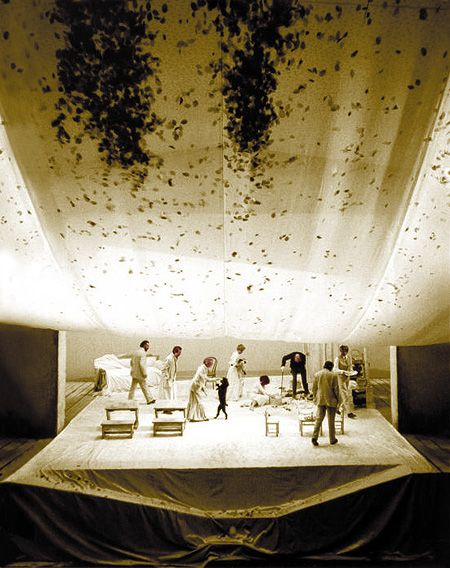 IThe Cherry Orchard, installation by the Piccolo Teatro of Milan, 1973-74. The three elements become almost an expressive recurrence of the maturity of Damiani. «Seven years later [1980, note of the editor] the suspended veil will return to dominate at the Teatro Argentina in Heartbreak House, with the direction by Luigi Squarzina, where also the steep floor of the stage was destined to a symbolic instability as the deck of the ship.» Luciano Damiani, ibidem.