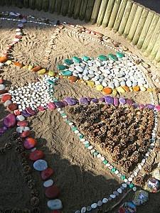 Land art d'automne dans le bac à sable de l'école.