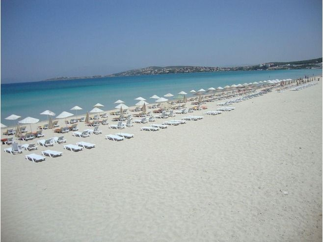 Cesme-Ilica Beach. Strand loopt langzaam af en is heel schoon, ideaal voor een gezin met kleine kinderen. Bezoek de natuurlijke bronnen. het is geen rustige bestemming, ga dan naar Pirlanta 9ook voor kiters)