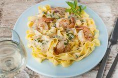 """Eenvoudig en lekker, scampi in roomsaus! Ideaal als antwoord op de vraag: """"Wat eten we vandaag?"""". http://koken.vtm.be/sos-piet/recept/tagliatelli-scampi-in-roomsaus"""