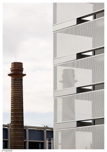 metal mesh cladding.  HIC*: BCQ | Tesorería de la Seguridad Social, Barcelona