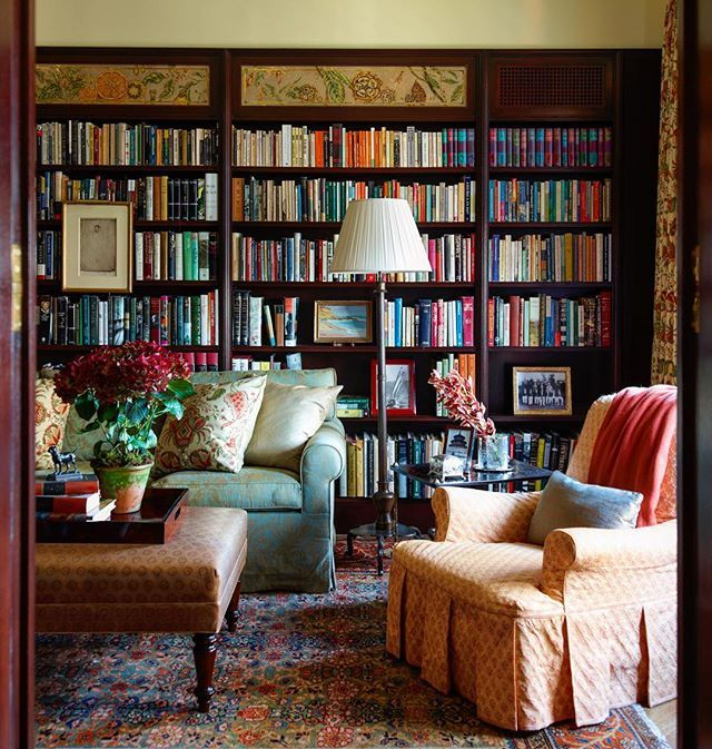 The cozy, dark wood library with verre eglomise by @miriamellner in the upper…