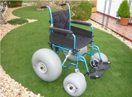 É uma cadeira de rodas convencional de alumínio á qual é adaptada o kit de rodas de baixa pressão, que vão permitir deslizar  em terrenos irregulares e de areia sem esforço (Exemplo: praias, passeios no campo, etc.). É fornecido o kit de rodas com o manual cuja montagem demora pouco mais de um minuto. Muito rápido de montar e desmontar o que facilita a adaptação conforme as situações.