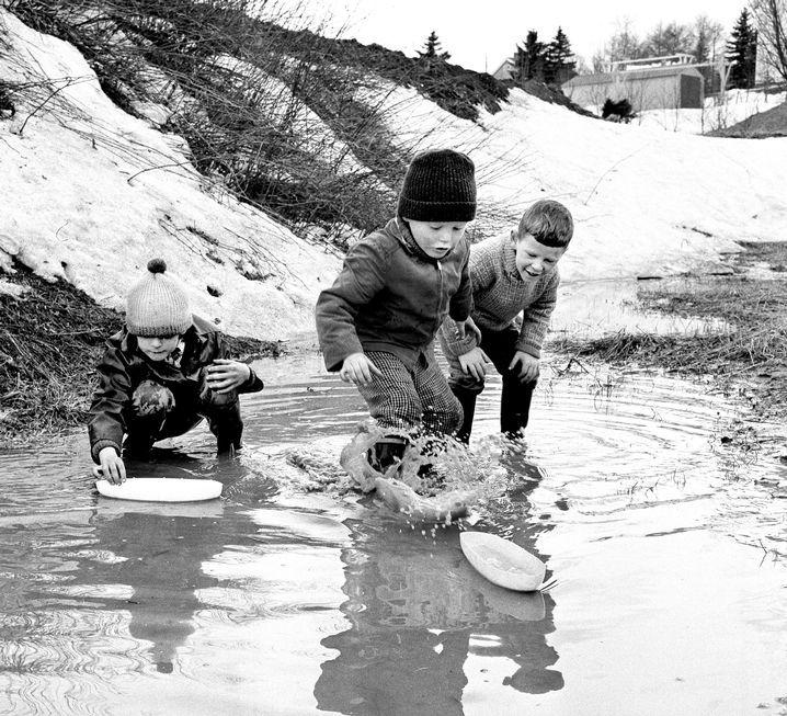 Eventyrlystne unge menn på Byåsen! Knut Arne, Geir og Bjørn prøver sjømannsferdighetene i vårløsningen. «Havet» var forholdsvis rolig denne dagen. (Adresseavisen 3. mai 1966)