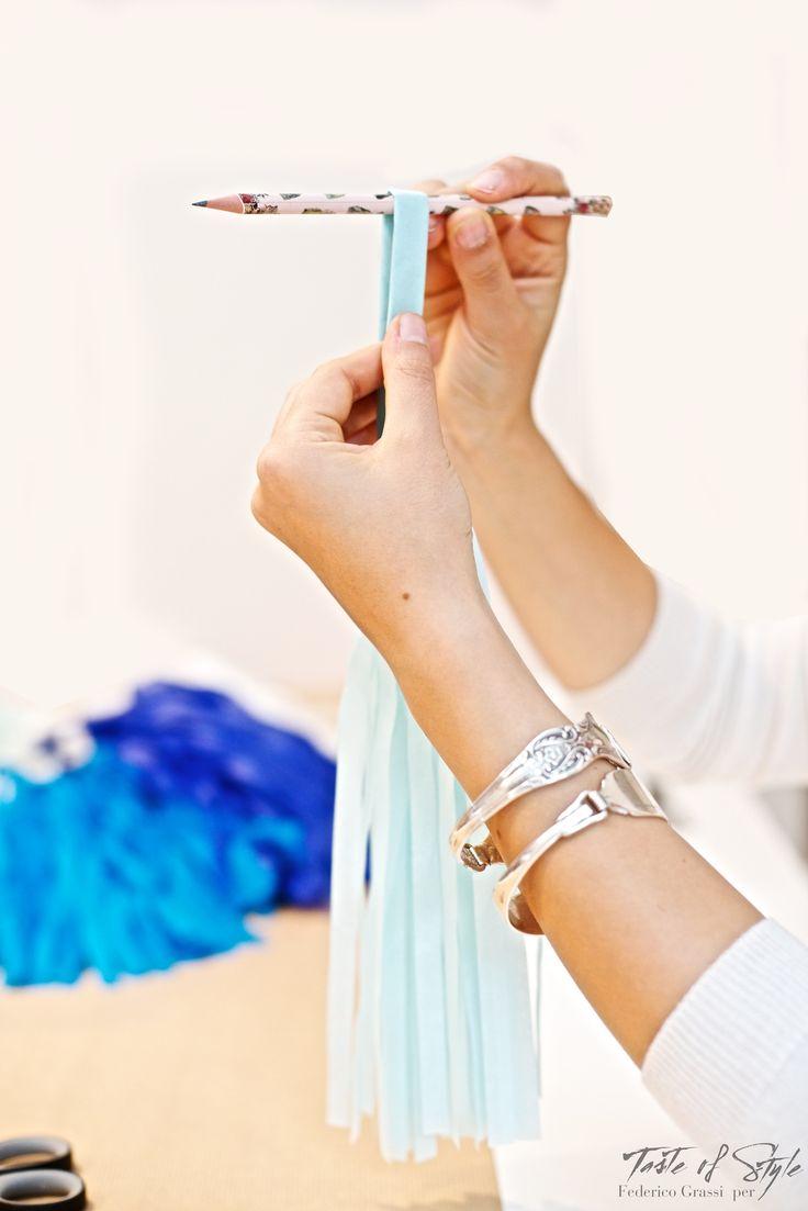Come fare:   Prendere un foglio di carta velina alla volta e piegarli in due in senso della lunghezza. Continuate a piegare fino ad arrivare ad ottenere una fisarmonica di 1cm. Piegatelo in due nel senso della lunghezza e e aiutandovi con una matita arrotolate su se stessa la carta. Voilà il vostro primo sonaglio finito! Procedete in questo modo con tutti i fogli.