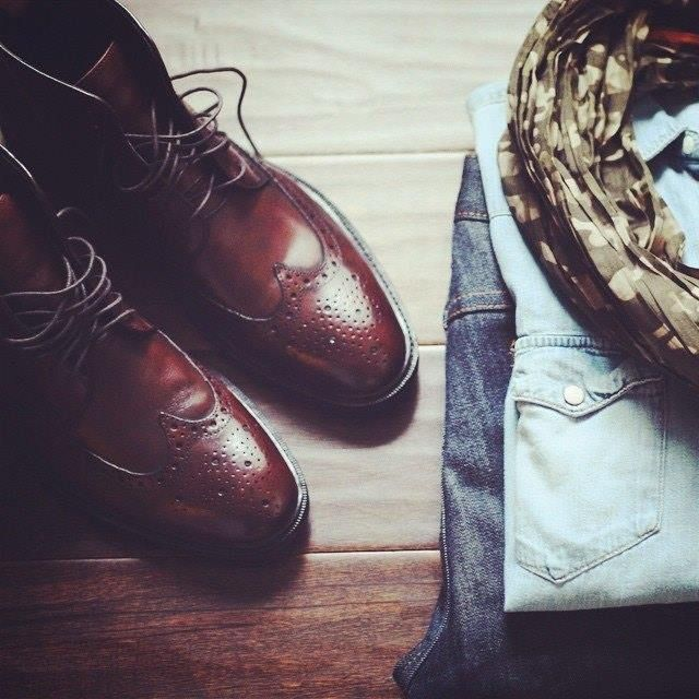 Chemise en denim, jean et bottes brogues sont ici plutôt bien accompagnés par le foulard khaki d'inspiration légèrement militaire. Par @gordonrush.  #mode #homme #style #inspirations. Pensez à rajouter la page Jamais Vulgaire dans votre liste d'intérêts pour ne manquer aucune inspiration ! http://ift.tt/1In6UF6 http://ift.tt/1GiSarm
