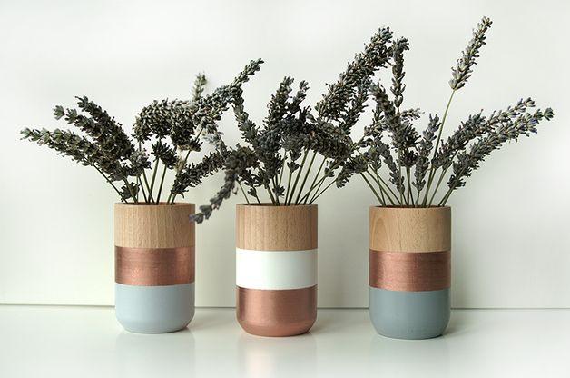 Bringen Sie frisches Design und gleichzeitig Gemütlichkeit in Ihr Zuhause!  Die farbenfrohe Gruppe von 3 hölzernen Vasen ist eine einzigartige Möglichkeit, Ihren Lebens- oder Arbeitsraum ein...