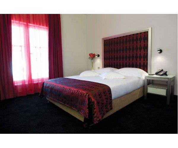 Unul dintre  hoteluri TH Tho Hotels, hotelul Central se  afla  langa  parcul Cismigiu la  scurta  distanta  de Piata  Universitatii. Detalii si rezervari aici : http://www.hotel-bucuresti.com/hoteluri/hotel_central-3.html