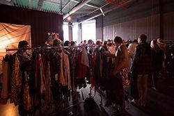 """swishing, ga naar een ruilfeestje. Ze worden georganisseerd door """"swishing"""". Of ruil de kleding die je niet (meer) draagt met je vrienden of vriendinnen.Misschien kan je zelf een kledingruilfeest organiseren?"""