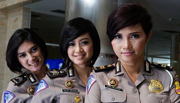 TEMPO.CO, Jakarta - Tak gampang menjadi polwan yang ditugaskan sebagai pembawa acara lalu lintas. Selain penampilan dan kemampuan bicara yang bagus, polwan presenter juga diharamkan geer alias gede rasa.