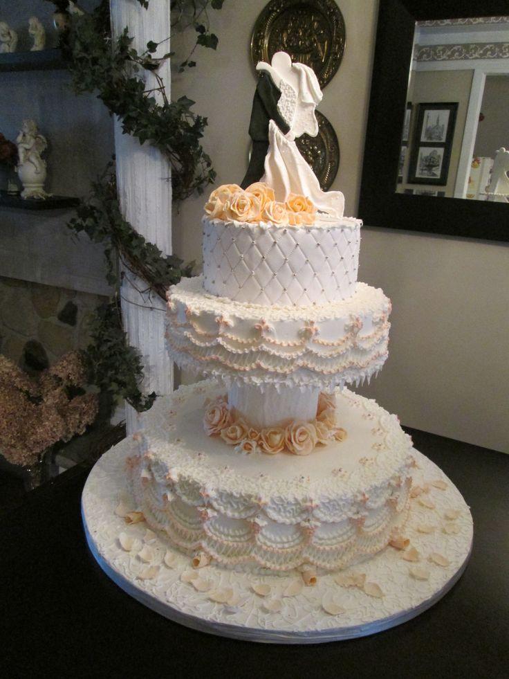 Gâteau de mariage recouvert de crème au beurre et de fondant roulé ...