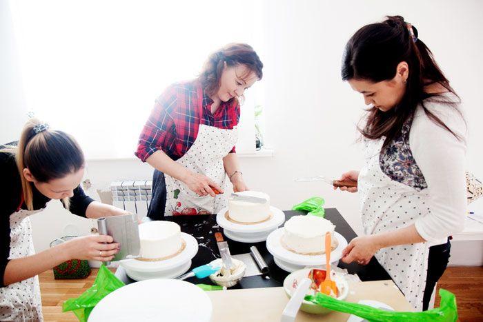 Фото с мастер-класса, который проходил 1 апреля. Началась весна и наши тортики еще более красивые, ведь выбор ягод стал больше. На мастер-классах мы рассказываем об инструментах, которые необходимы, чтобы сделать идеально ровный торт. А также даем ссылки, где их можно купить дешевле всего.