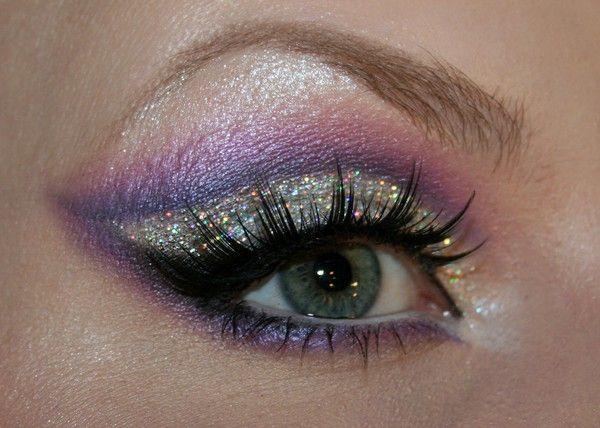 Prachtige paarse oog makeup met glitters >> Klik op de afbeelding voor een volledige tutorial (tutorial is in Zweeds, maar google translate geeft een goede vertaling)