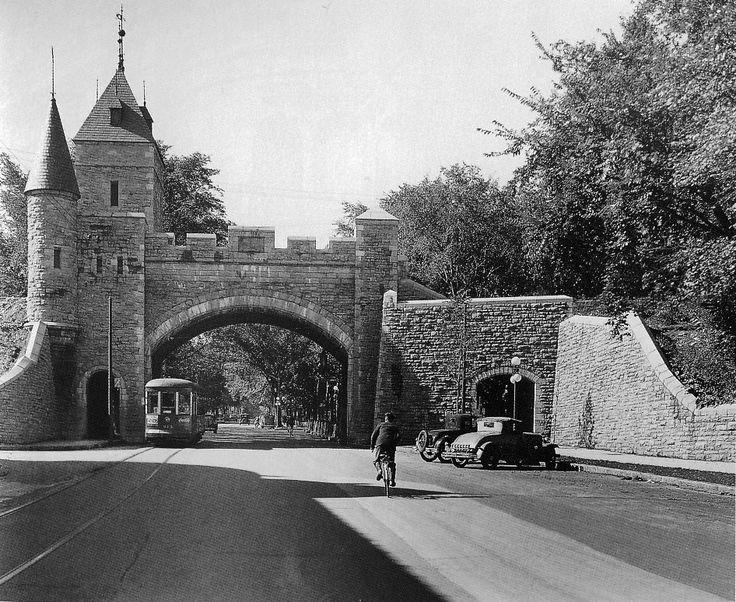Quebec portes fortifications | La Porte Saint-Louis vers 1920
