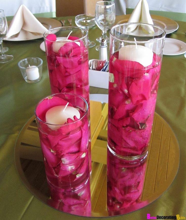 velas blancas y pétalos de color rosa