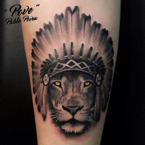 LEON CON GORRO DE PLUMAS. #povetattoo #veneno_irons_original #malagatattoo #tattoo #tatuaje #tattoos #ink #inked #blackandwhite #blackandgrey #realismo #realism #realistictattoo #girltattoo #guytattoo #inkedgirl #inkedman #leon #lion #indianhat #indian #savage #tattooshop #tattooed #tattoolife