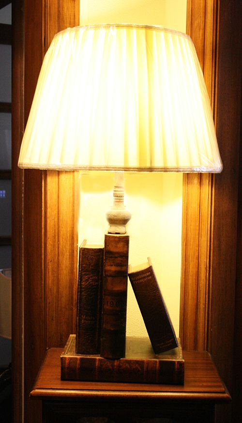Lampada in pelle libri. http://www.pisanogenova.it/catalogo/99-lampada-libri-in-pelle