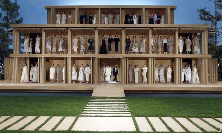 Ο σχεδιαστής μόδας Karl Lagerfeld ποζάρει με τα μοντέλα του μετά την ολοκλήρωση της επίδειξης των δημιουργιών υψηλής ραπτικής του οίκου Chanel στην εβδομάδα μόδας του Παρισιού.