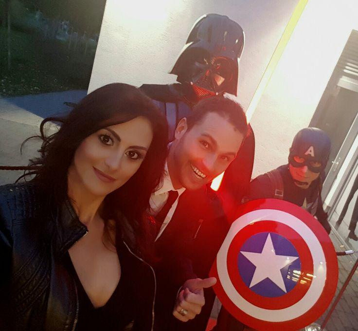 Az Ország boltja díjátadó gáláján vendégeskedtünk. Amerika kapitány mosolyogva várt minket. Biztos Darth Vader is, csak az nem látszik :D