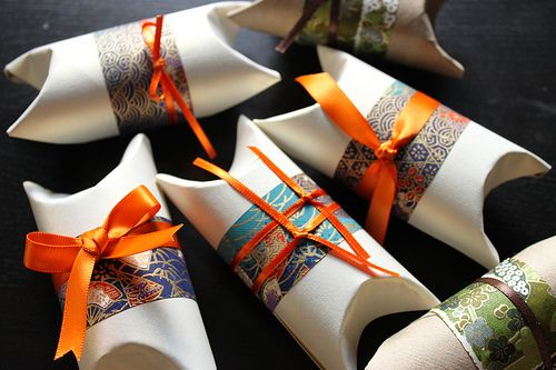 Tutorial on how to turn empty toilet paper rolls into gift wrap pillow boxes.: Ideas, Roll, Toilets Paper Rolls, With Roll, With Tube, Rollo Papell, Cata-Vento Of Papell, Gifts Boxes, Papell Higiénico