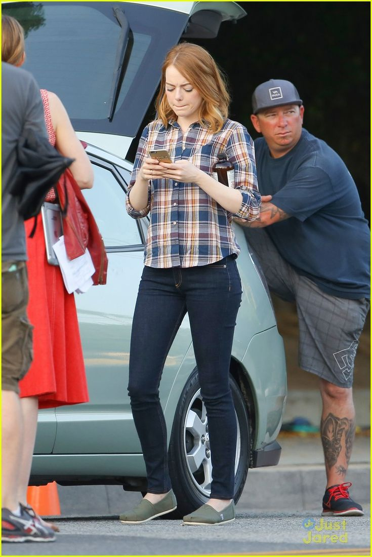 Emma Stone Races To the Set Of 'La La Land' | emma stone ryan gosling night shoots lala land race 23 - Photo