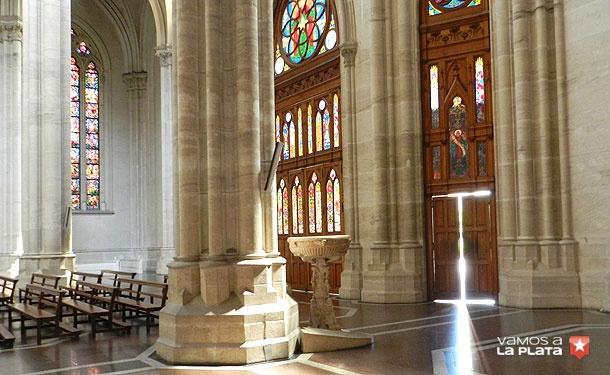 Catedral de la ciudad de La Plata, Buenos Aires, Argentina. Una de las puertas principales sobre calle 14.