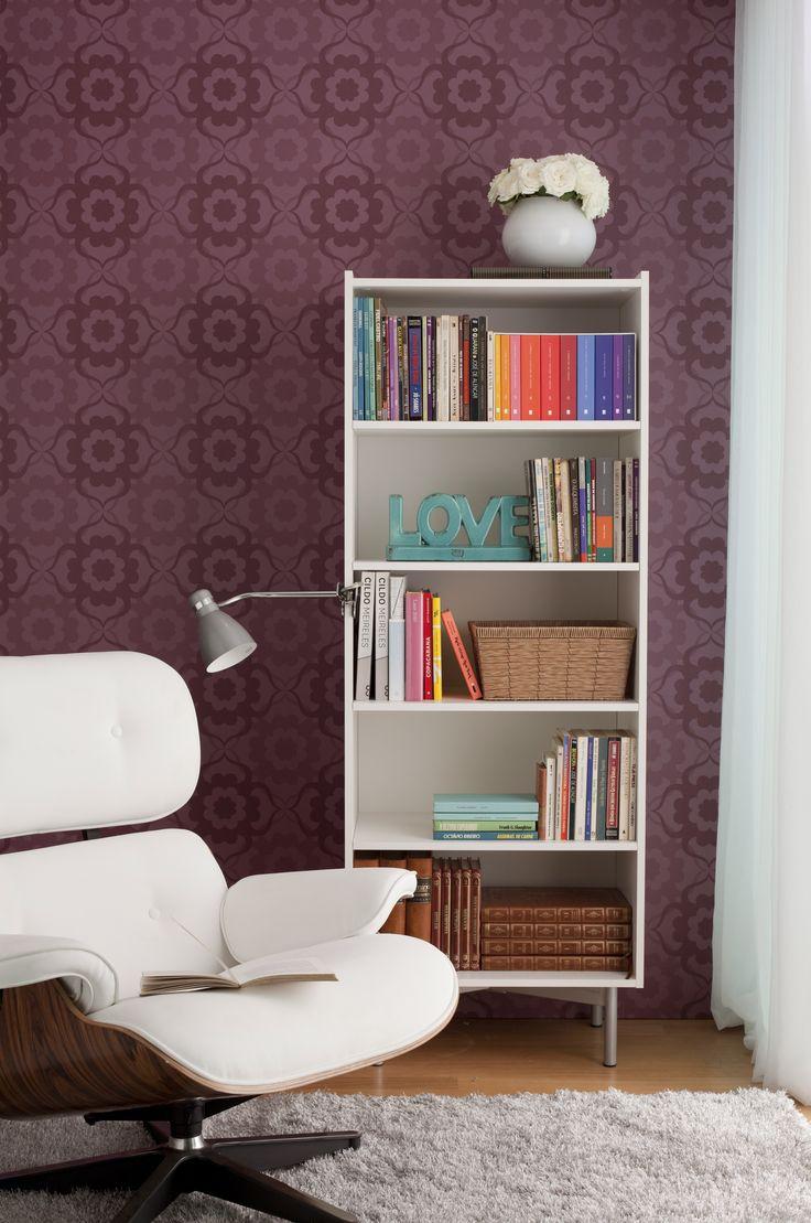 Que tal ter um cantinho de leitura no quarto? A poltrona Charles Eames, a estante e o papel de parede criaram um conjunto único e de personalidade!