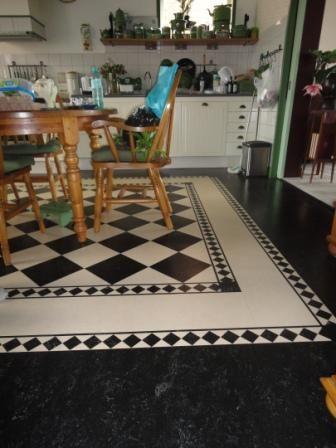 Marmoleum vloer met decorand en marmoleumtegels in het midden
