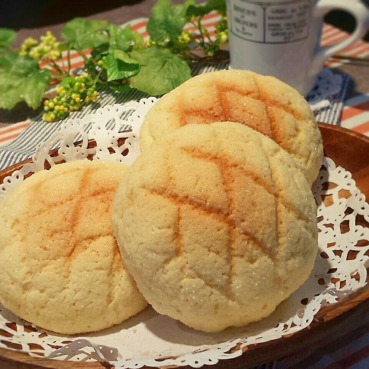 クッキー生地がザクザクでおいしさに感動!中の生地はふんわり、もっちりとろけま~す! 久しぶりにパン焼きました(*^.^*) 焼けている間のいい香り、たまりません♪  材料 (6個)  強力粉200g 砂糖 20g マーガリン(ケーキ用) 25g 塩 3g ドライイースト 4g 卵 1/2個 水 卵と合わせて130cc  (クッキー生地) 薄力粉 130g 砂糖 50g マーガリン(ケーキ用) 40g 卵 1/2個 バニラエッセンス 2、3滴 グラニュー糖 15g  作り方  1、1次発酵までhbにお任せする。  2、1次発酵の間にクッキー生地を作っておきます。ボールにマーガリンを泡だて器で練って砂糖を入れよく混ぜる。  3、2に卵とバニラエッセンスを入れ混ぜます。そこに振るった薄力粉を入れヘラでさっくり混ぜ合わせる。  4、一まとめになった生地を棒状にしラップに包み冷蔵庫で寝かせる。  5、1次発酵が終わった生地を軽くガス抜きし6等分にして丸めベンチタイム20分。終了後もう一回ガス抜きし丸めておく。  6、ベンチタイムの間にクッキー生地を冷蔵庫から取り出し6等分して丸めておく。…